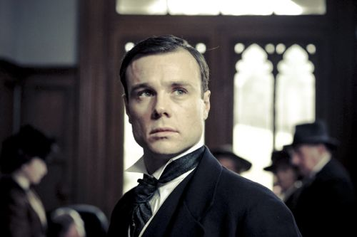 Rupert Evans as Edmund Allingham.