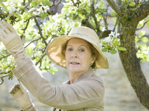 Isobel (Penelope Wilton).