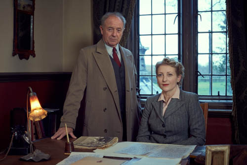 Michael Kitchen as Christopher Foyle and Hermione Gulliford as Elizabeth Addis.