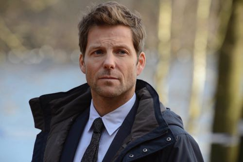 Jamie Bamber as DI Tim Williamson.